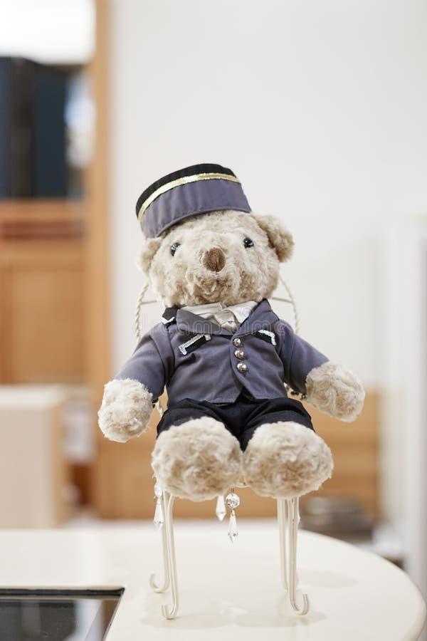 Urso de peluche bonito no uniforme do menino de sino imagem de stock