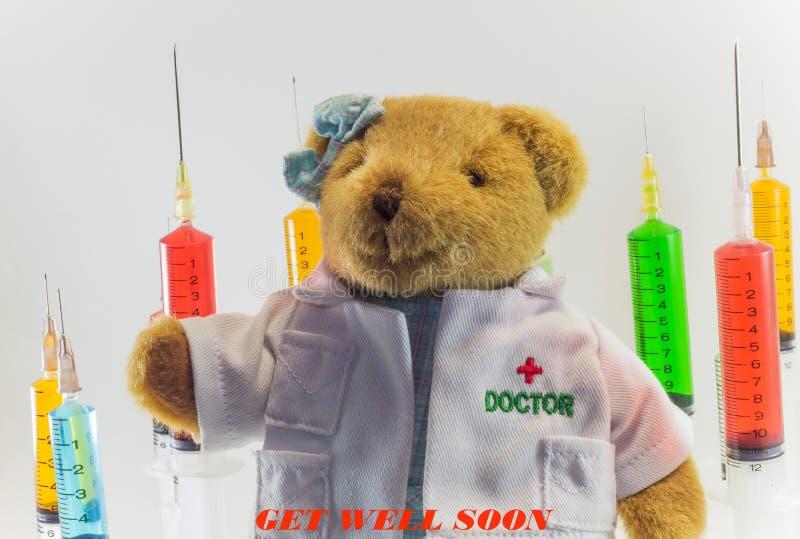Urso de peluche como um doutor da mulher com as seringas médicas plásticas que contêm soluções multicoloridos e o fundo branco `  fotografia de stock royalty free