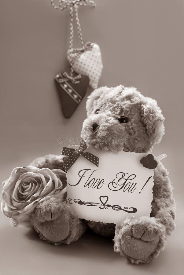 Urso de peluche do vintage com cumprimentos do `s do Valentim fotografia de stock royalty free