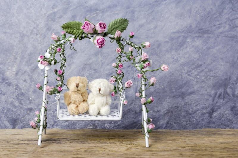 Urso de peluche dos pares no balanço foto de stock