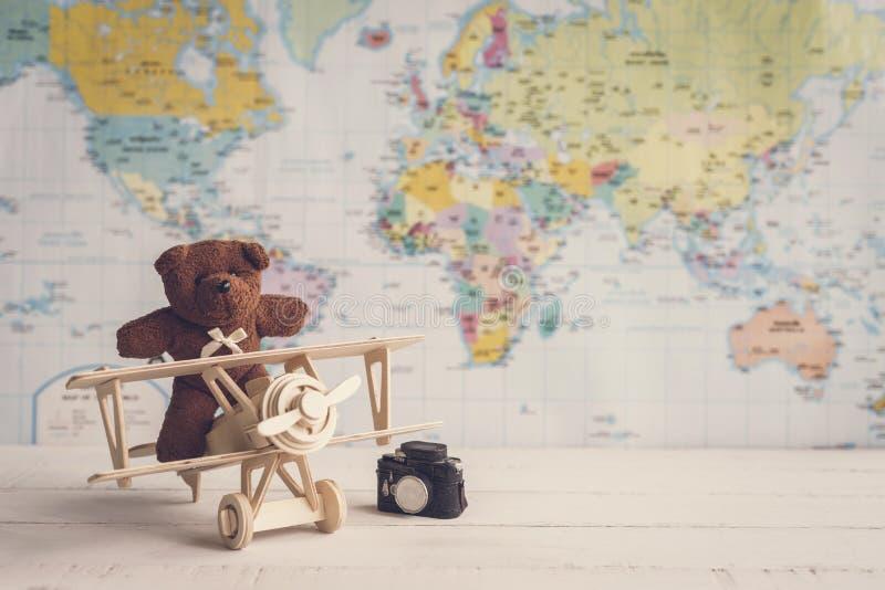 Urso de peluche e avião de madeira do brinquedo contra com o copyspace fotografia de stock royalty free