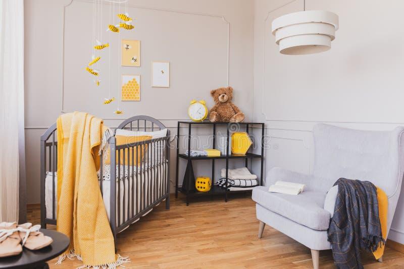 Urso de peluche em um interior da sala de criança imagens de stock royalty free