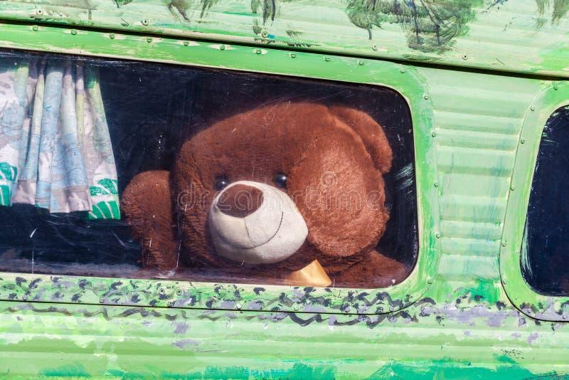 Urso de peluche marrom grande imagens de stock