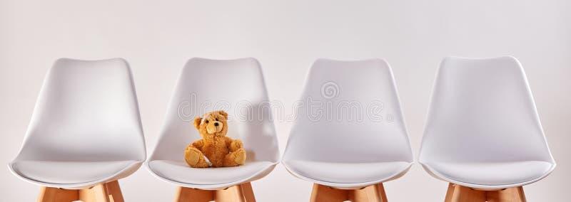 Urso de peluche na sala de espera de um hospital fotografia de stock royalty free