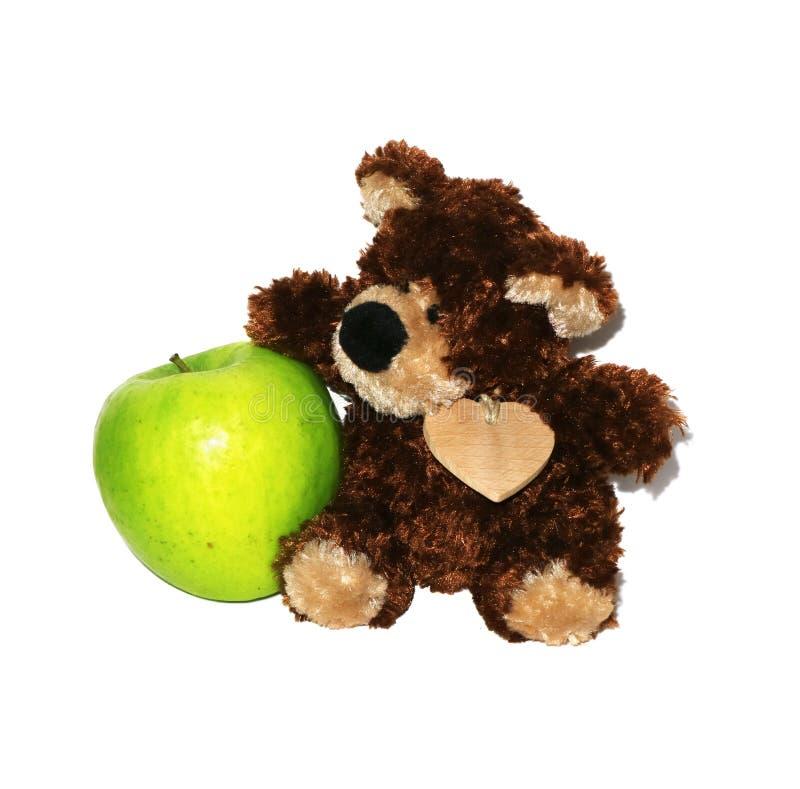 Urso de peluche que procura as maçãs isoladas no trajeto branco do fundo e de grampeamento fotografia de stock