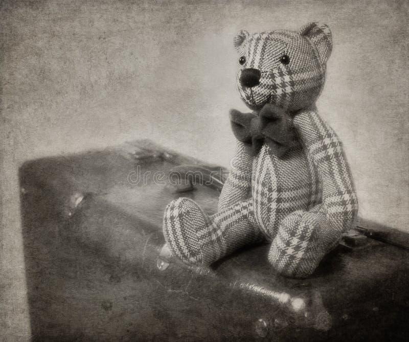 urso e mala de viagem de peluche do Vintage-estilo fotografia de stock
