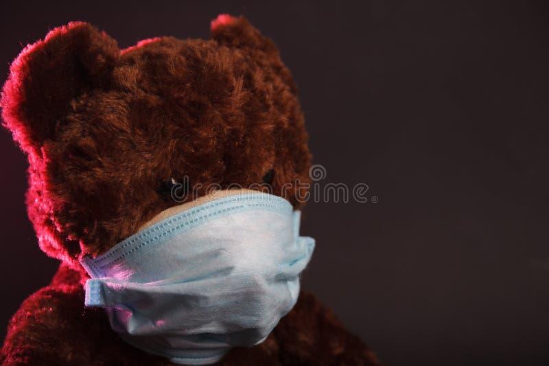 Urso na máscara médica foto de stock