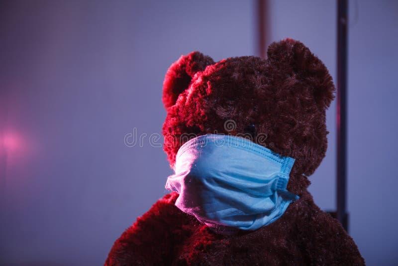 Urso na máscara médica fotografia de stock royalty free