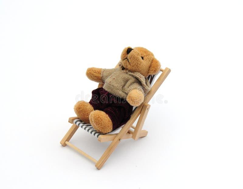 Urso no deckchair imagens de stock