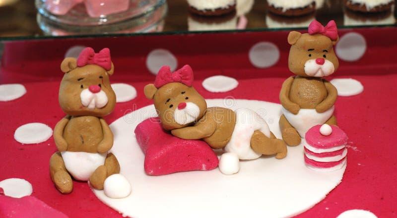 Ursos de peluche doces em um bolo de aniversário fotografia de stock royalty free