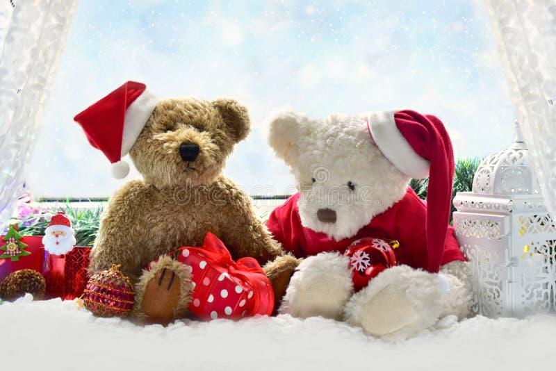 Ursos de peluche que esperam o tempo do Natal fotos de stock royalty free