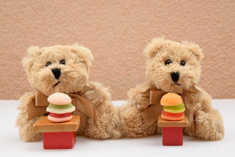 Ursos de peluche tímidos do primeiro restaurante do fast food da data foto de stock royalty free