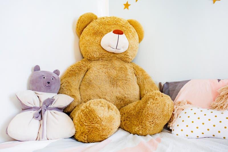 Ursos do brinquedo que encontram-se na cama na sala de sono Conceito da criança fotografia de stock