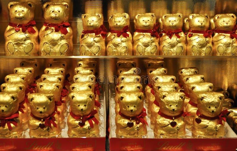 Ursos dourados do chocolate de Lindt foto de stock