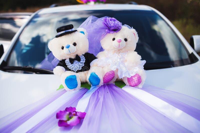 Ursos e flor decorados do casamento carro branco imagens de stock