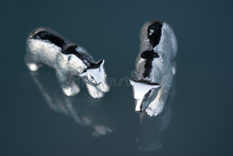 Ursos polares de prata, decoração home do outono, advento, decoração do Natal, luz azul fria fotos de stock