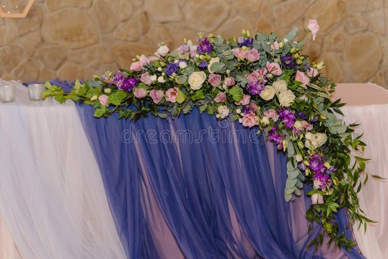 Ursprüngliche Dekoration einer Hochzeit ausführlich Blumen, Gewebe und hölzerne lizenzfreies stockbild