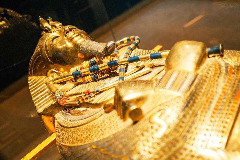 Ursprüngliche Goldmaske des Pharaos im Museum stockfotos