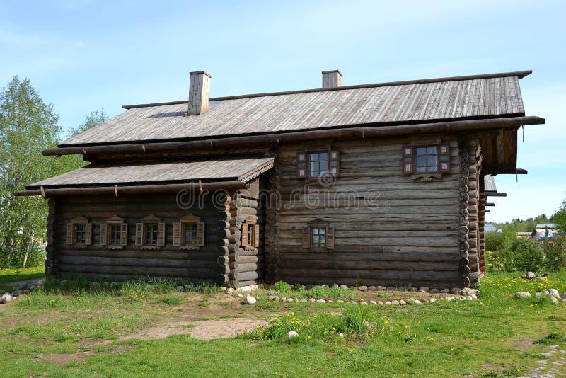 Ursprüngliche hölzerne Architektur im beträchtlichen russischen Norden lizenzfreies stockfoto