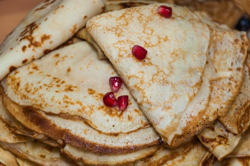ursprüngliche Pfannkuchen falteten Dreiecke mit Granatapfelsamen stockbild