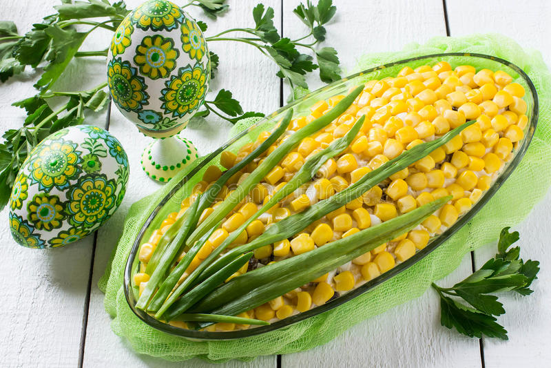 Ursprünglicher festlicher Salat in Form einer Kornähre stockfotografie