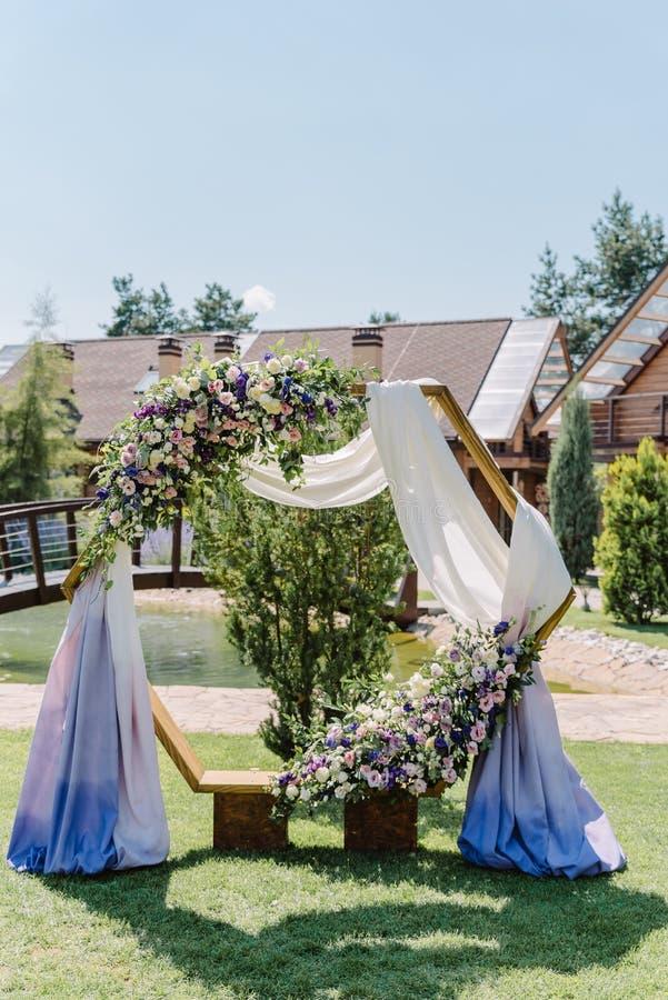 Ursprünglicher sechseckiger Bogen für eine Heiratszeremonie lizenzfreie stockbilder