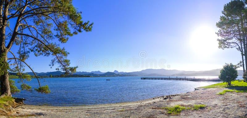 Ursprünglicher Strand durch eine Bucht in Coromandel lizenzfreie stockfotografie