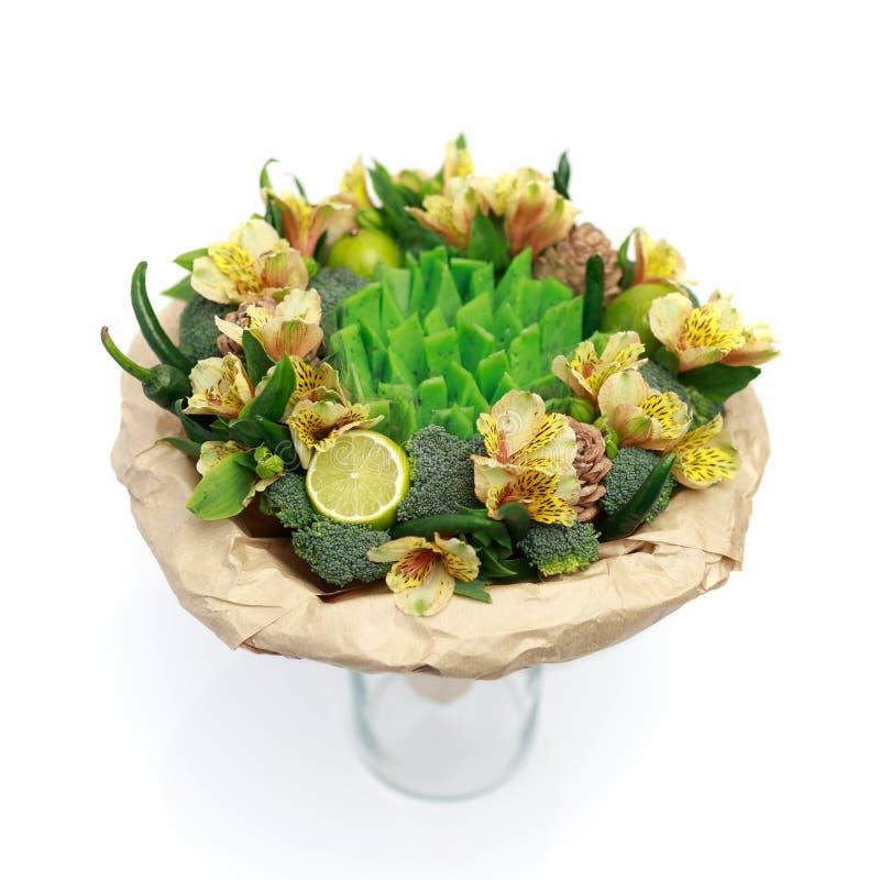 Ursprüngliches Geschenk in Form eines Blumenstraußes von Blumen, Gemüse und grüner Käse, stehend in einem Glasvase lokalisiert au lizenzfreie stockbilder