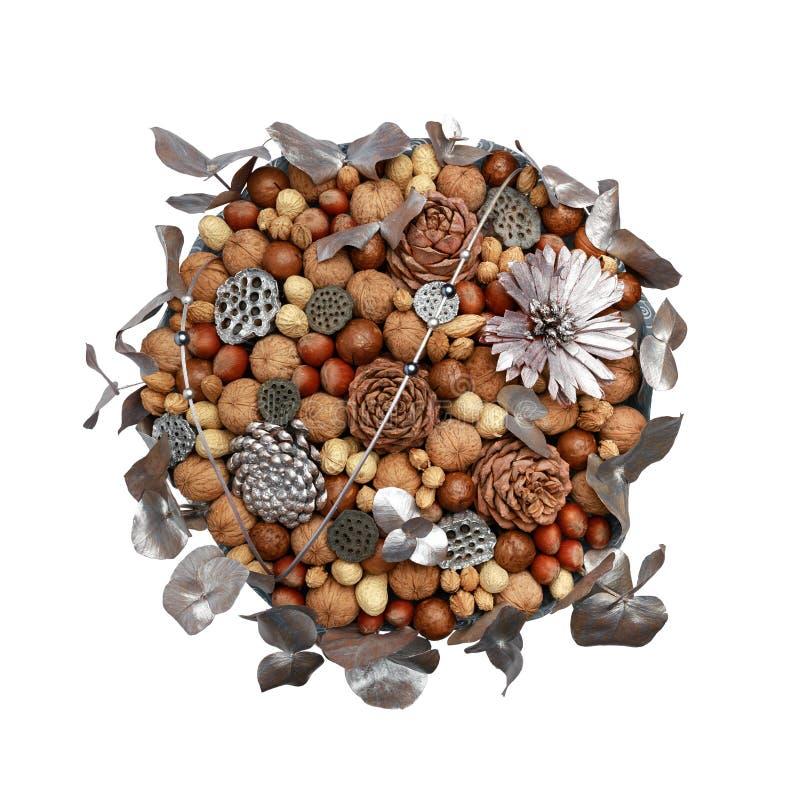 Ursprüngliches Geschenk selbst gemacht in Form eines Blumenstraußes der unterschiedlichen Vielzahl der Nüsse und mit den Blattsil lizenzfreie stockbilder