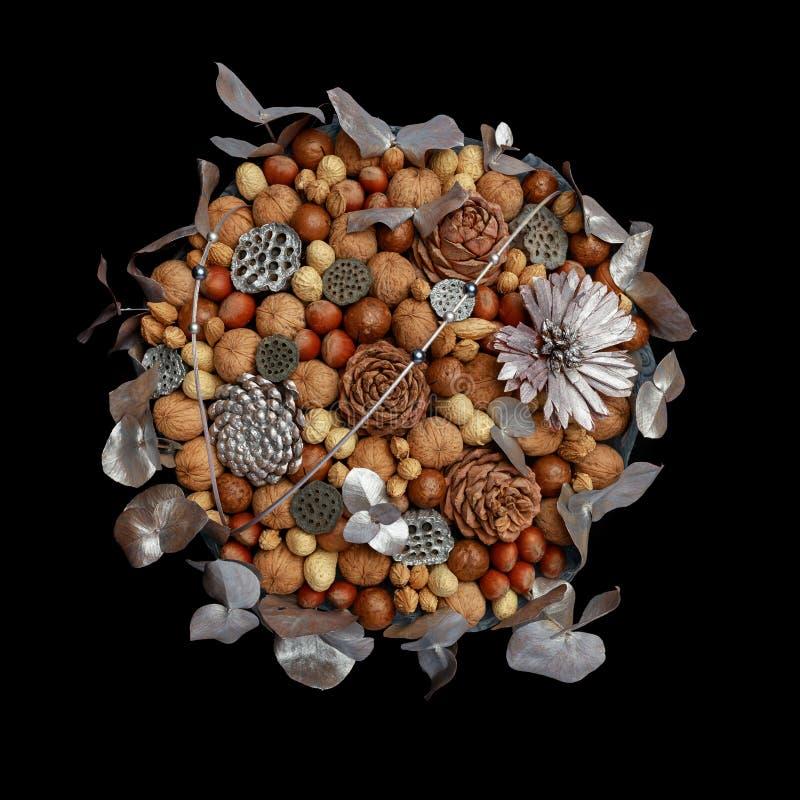 Ursprüngliches Geschenk selbst gemacht in Form eines Blumenstraußes der unterschiedlichen Vielzahl der Nüsse und mit den Blattsil stockbilder