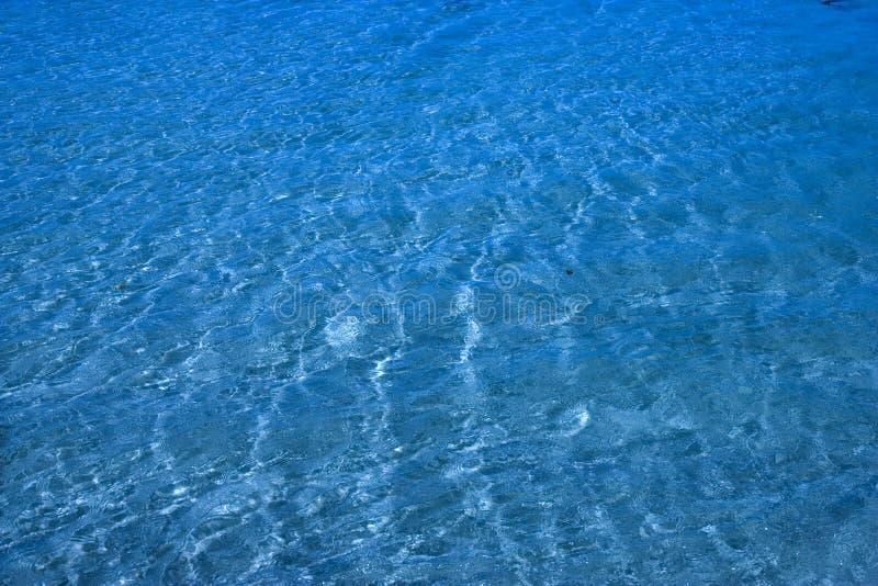 Ursprüngliches Ozeanwasser über Sand lizenzfreie stockbilder