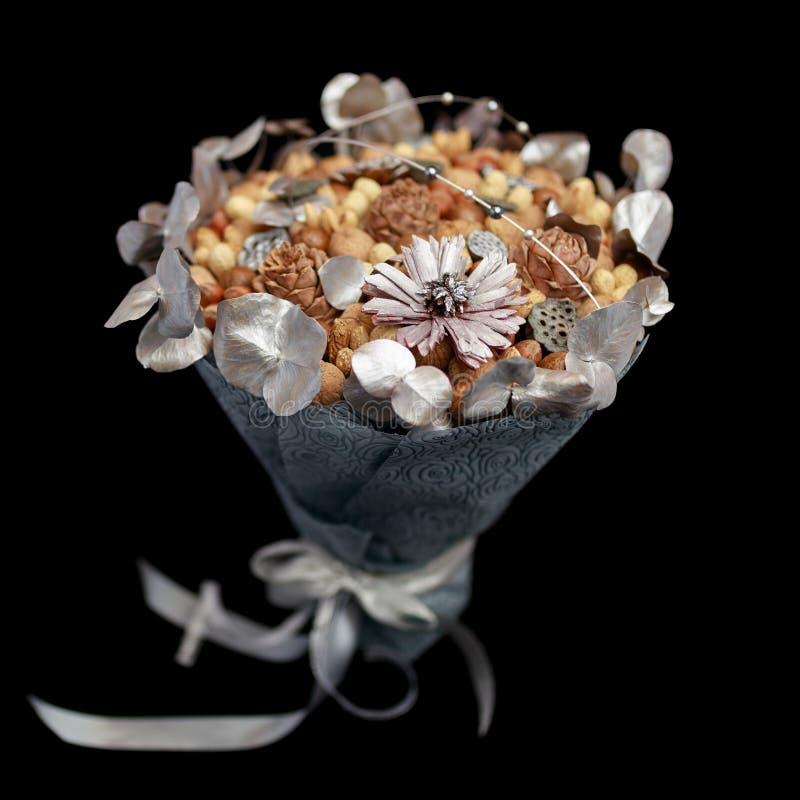 Urspr?ngliches Geschenk selbst gemacht in Form eines Blumenstrau?es der unterschiedlichen Vielzahl der N?sse und mit den Blattsil lizenzfreies stockfoto