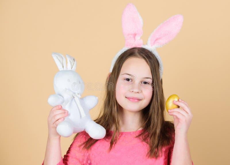 Ursprung von Osterhasen Ostern-Symbole und -traditionen Spielerisches Kind mit weichem Spielzeug Treffenfrühlingsfeiertag Das Bil stockfoto