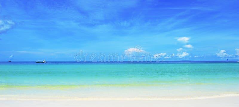 Ursprunglig vit sandstrand, hav & möte för blå himmel i horisont royaltyfri fotografi