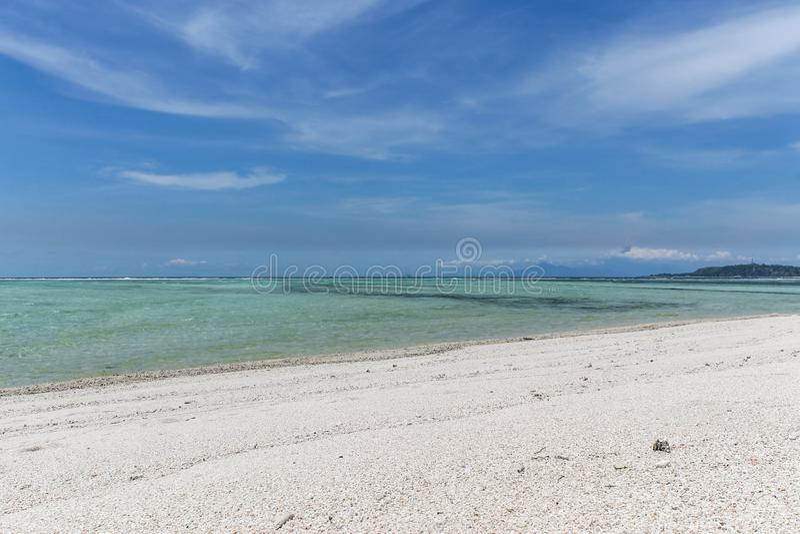 Ursprungligt vatten och en vita Sandy Beach på Gili Air arkivfoton