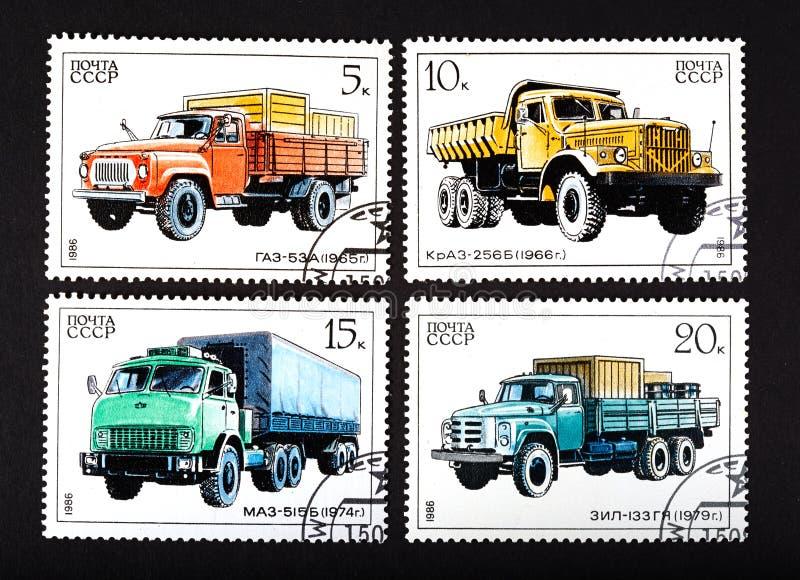 URSS - CERCA DE 1986: uma série dos selos impressos em URSS, caminhões das mostras, CERCA de 1986 foto de stock royalty free
