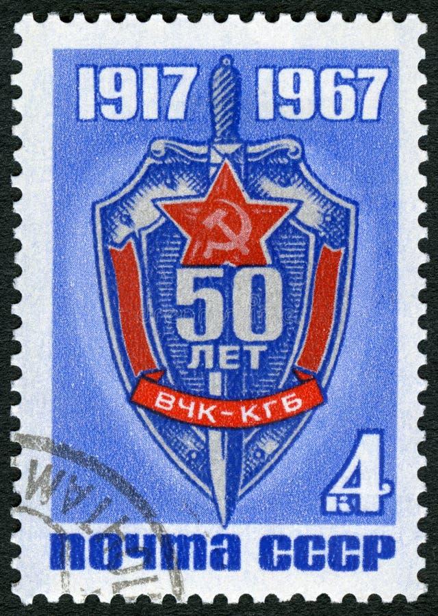 URSS - 1967: dedique el 50.o aniversario Del KGB, muestra el emblema de la Comisión de la emergencia, la Comisión de la Seguridad fotografía de archivo