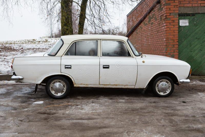 In URSS ha fatto la vecchia automobile bianca, il moskvich 2140 Foto 2018 di viaggio fotografia stock libera da diritti