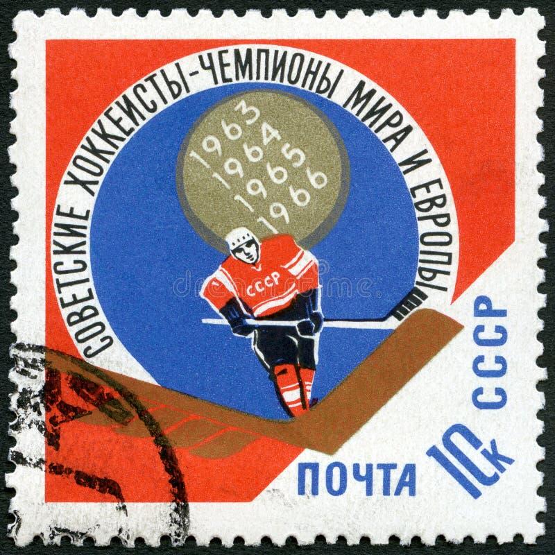 URSS - 1966: jugador del hockey sobre hielo de las demostraciones, victoria soviética en el europeo y campeonatos del hockey sobr fotografía de archivo