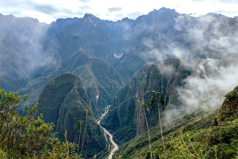 Urubamba flod som svävar mellan peruanska höga berg i den sakrala dalen av incasna, Peru royaltyfria foton