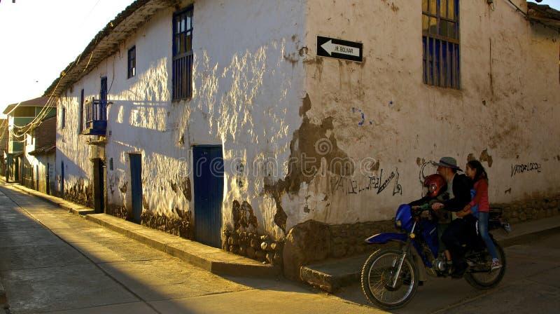 Urubamba-Straße an der Dämmerung lizenzfreie stockfotos