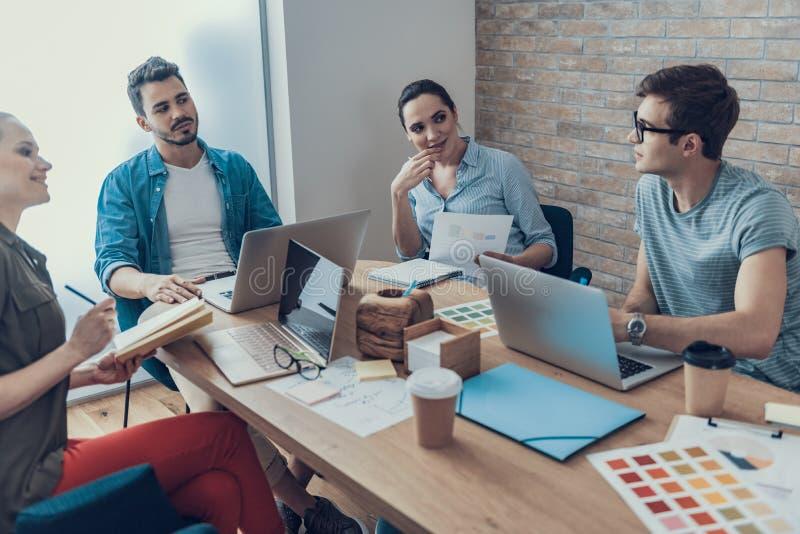 Uruchomienie drużyna opowiada biznesowych pomysły w workroom zdjęcia stock