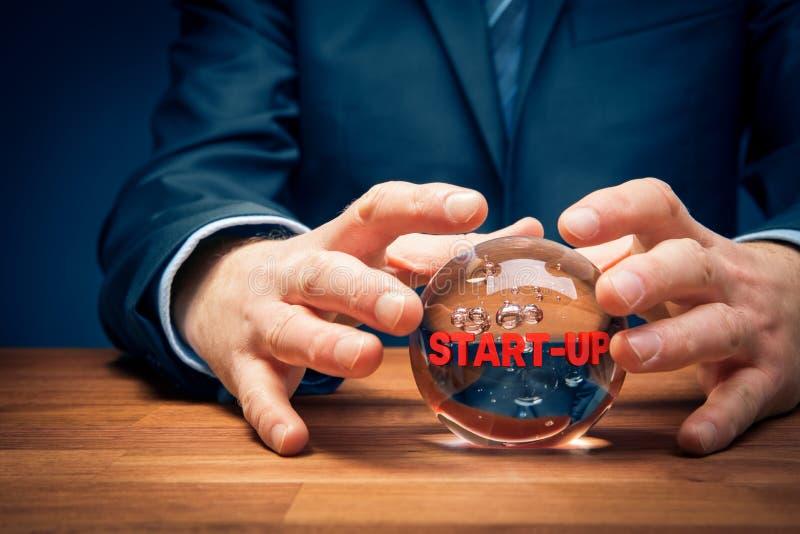 Uruchomienie przepowiedni biznesowy pojęcie z kryształową kulą zdjęcia stock