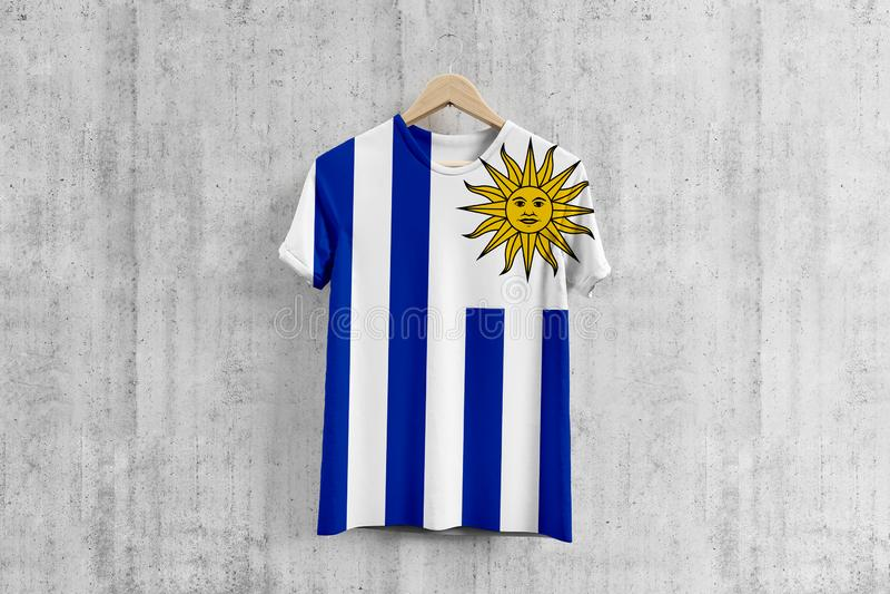 Uruguay flaggaT-tröja på hängaren, enhetlig designidé för uruguayanskt lag för plaggproduktion Nationella kläder royaltyfri illustrationer