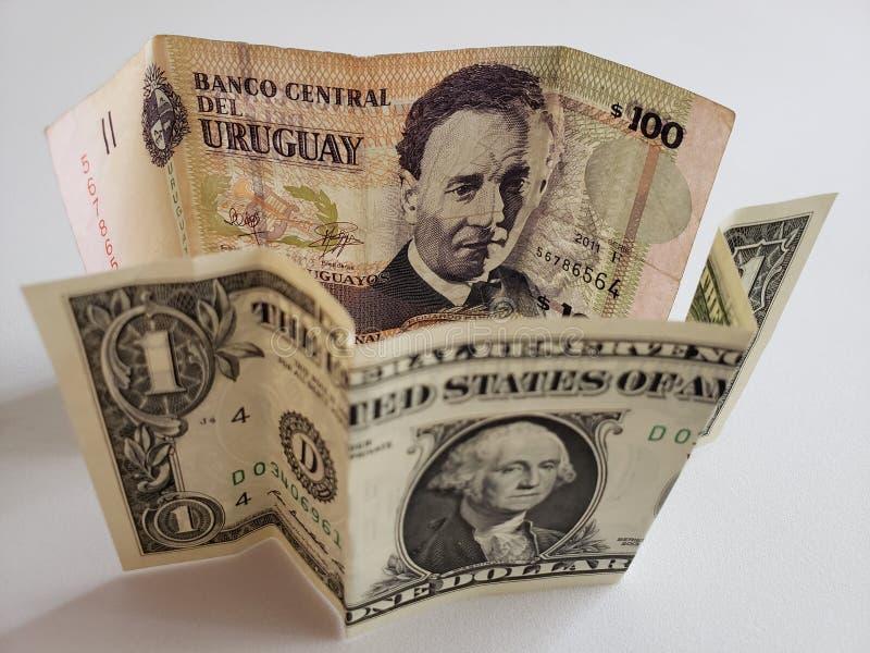 Uruguayan bankbiljet van 100 peso's en Amerikaanse dollarrekening royalty-vrije stock foto