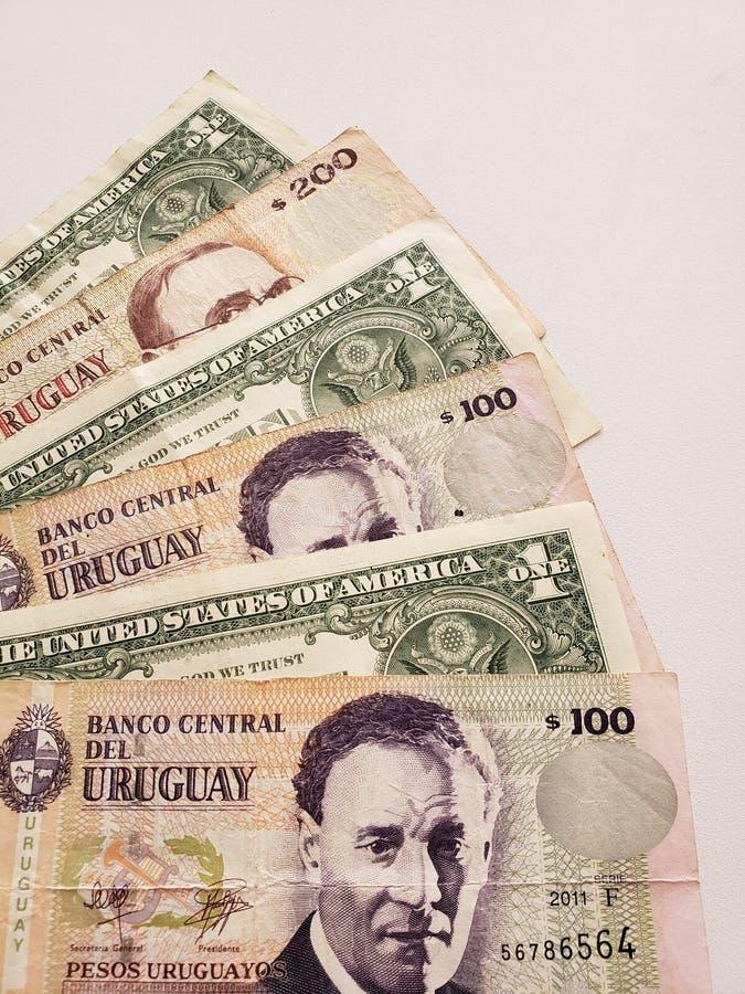 uruguayan bankbiljetten en Amerikaanse dollarrekeningen op witte achtergrond royalty-vrije stock foto's
