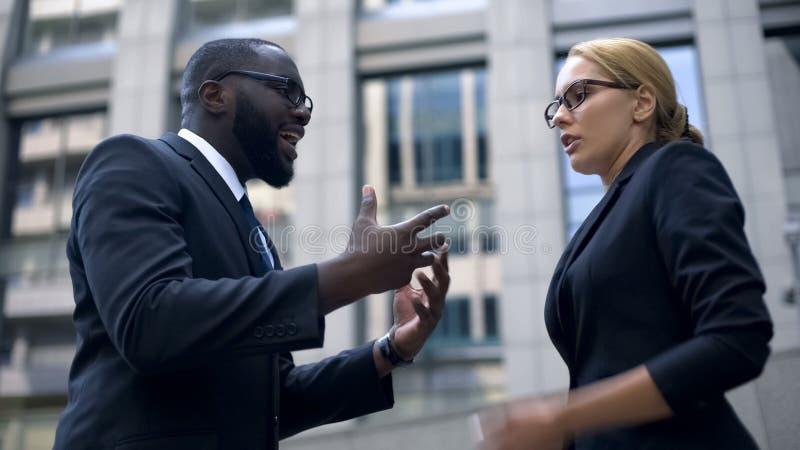Urzędnicy ma konflikt, disrespecting partnera biznesowego, zły dzień, stres zdjęcia stock