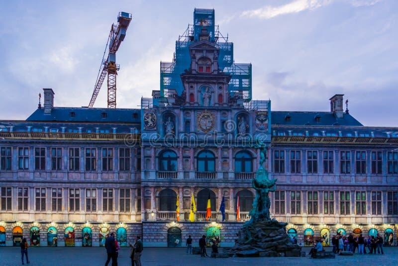 Urząd miasta Antwerp z monumentalną statuą zaświecał przy nocą, grotemarkt, Antwerpen, Belgia, Kwiecień 23, 2019 zdjęcie stock