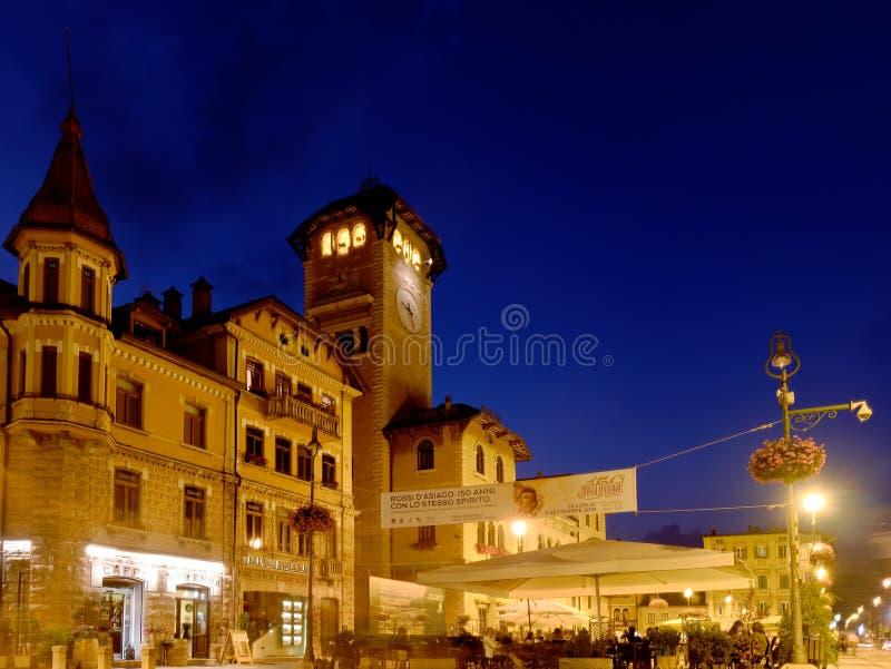 Urząd Miasta Asiago Włochy nocą obraz royalty free