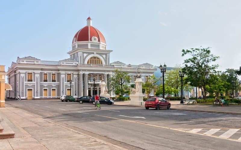 Urząd miasta Cienfuegos miasto przy Jose Marti parkiem z niektóre miejscowymi zdjęcie royalty free
